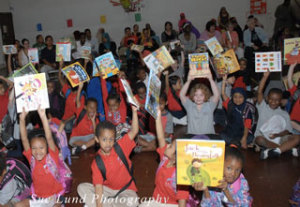 Kids-showing-books
